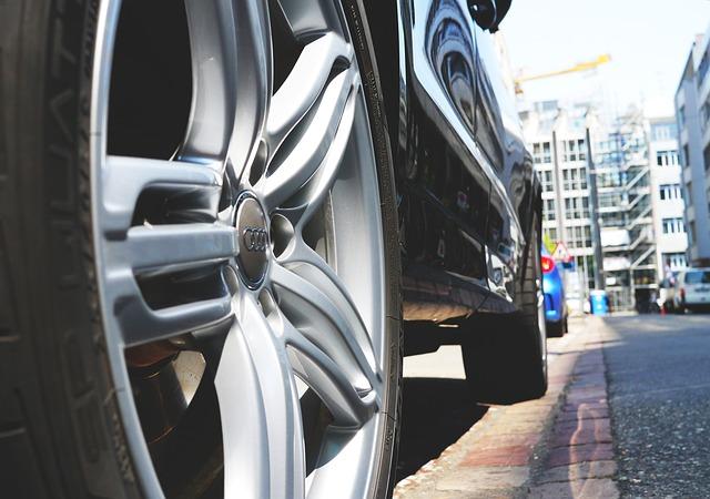 Pielęgnacja felg, opon i elementów plastikowych w samochodach osobowych.