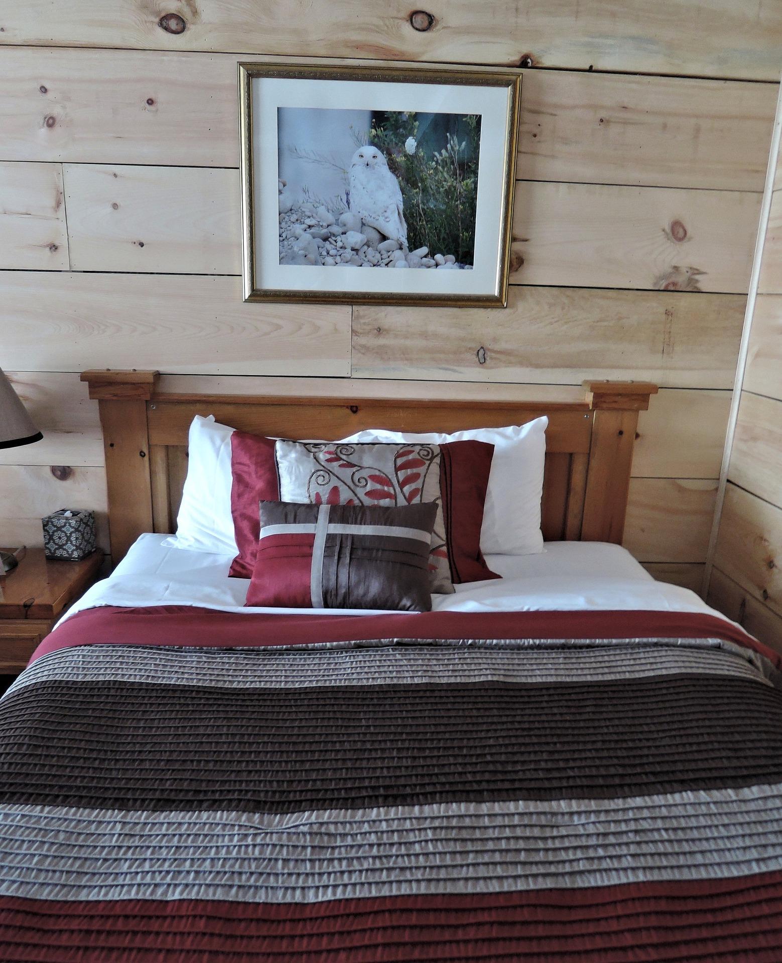 Urok naturalnego drewna w sypialni.