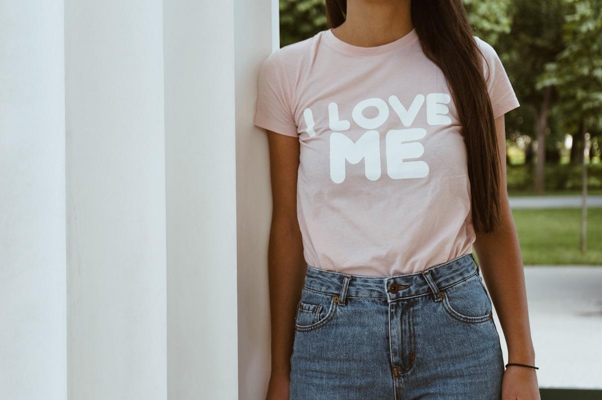 Wyraź się! Modne koszulki z napisami