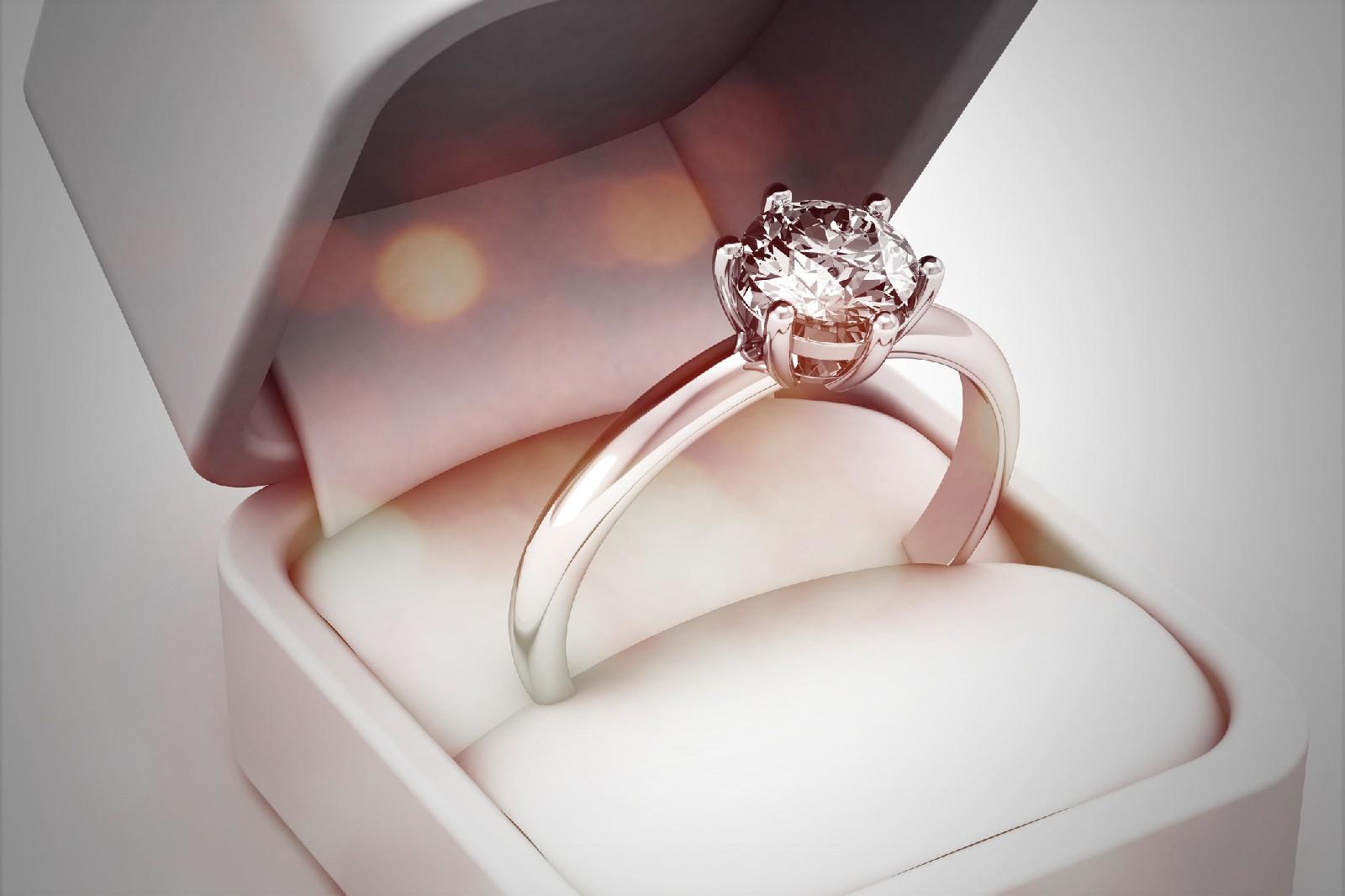 Złoty pierścionek - jak wybrać najlepszą biżuterię na każdą okazję?