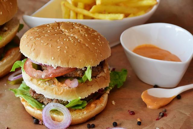 Burgery podbiły serca i żołądki milionów ludzi na całym świecie - co stoi za ich fenomenem?